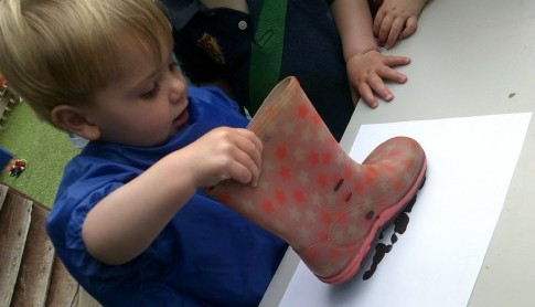 Tots and Toddlers have been enjoying the cooler air in the garden and exploring paint trays with Wellington Boots!