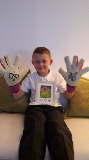 The Winner of Jordan Pickford's gloves and ph Photo-1
