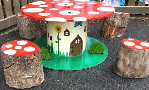 Toadstool table and stools  Photo-2