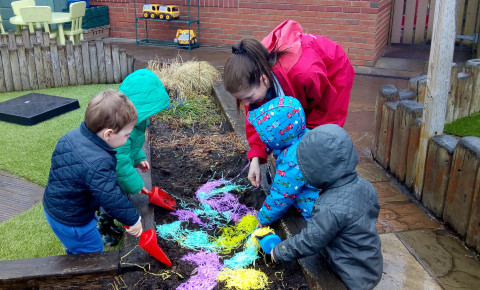 Snowflakes dig for eggs! Photo-1