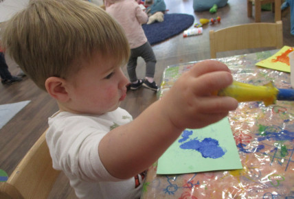 Babies enjoy mixing paints and dinosaurs Photo-3